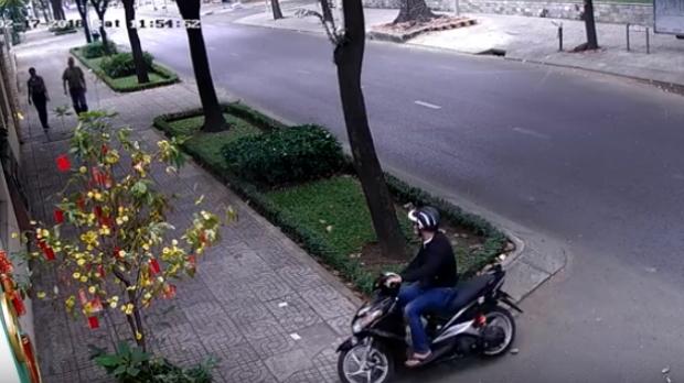 Đối tượng leo xe lên vỉa hè áp sát nạn nhân.