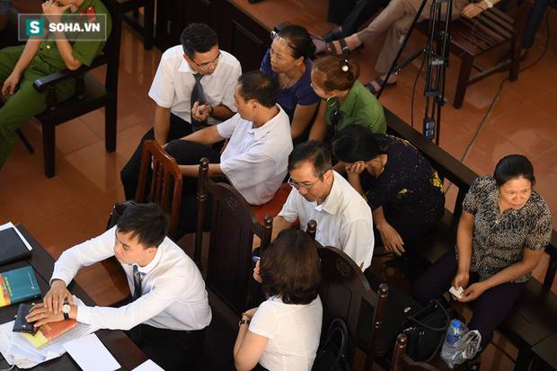 Hình ảnh luật sư Đinh Hương quay xuống đưa phong bì cho người nhà nạn nhân. Ảnh Trí thức trẻ.