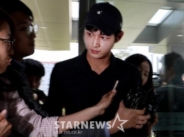 Vừa thấy nam diễn viên bước xuống khỏi xe, phóng viên nhanh chóng chụp ảnh, chạy đến tiến hành phỏng vấn.