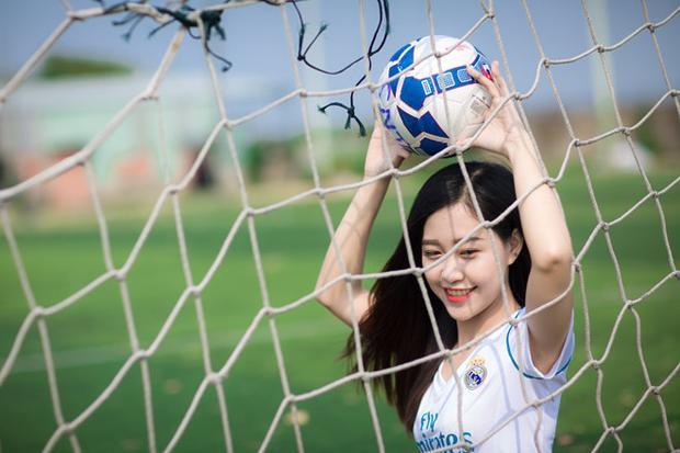 """Ở tuổi 24, cô gái quê Tiền Giang Trần Nhật Oanh đã gắn bó 5 năm với """"kền kền trắng"""", là một thành viên chủ chốt của RFCSG. Đồng thời, cô cũng đảm nhiệm vai trò đầu tàu trong việc tổ chức các hoạt động offline của hội."""