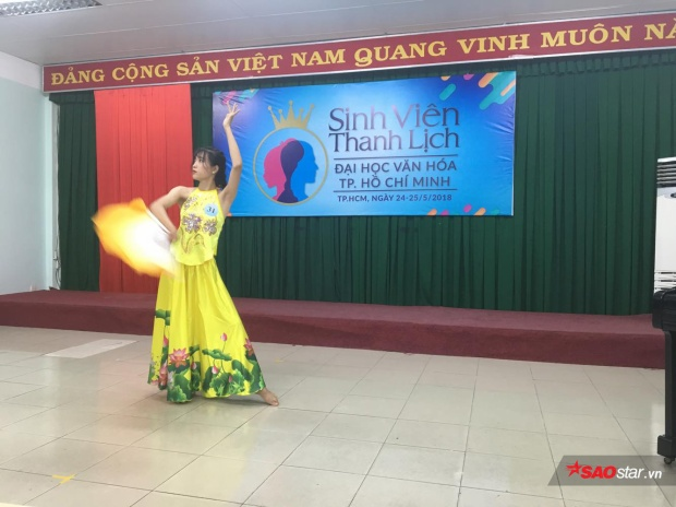 Bài múa quạt Bánh trôi nước của bạn Nguyễn Thị Ánh Nguyệt vô cùng uyển chuyển và nhận được cơn mưa lời khen từ ban giám khảo.
