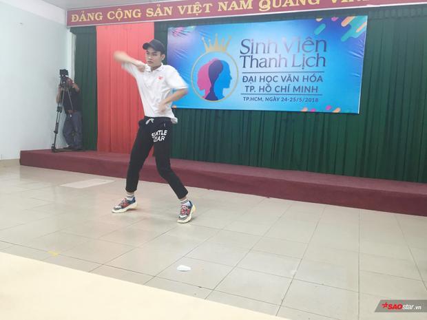Một thí sinh nam thể hiện tài năng của mình qua màn cover dance sôi động.