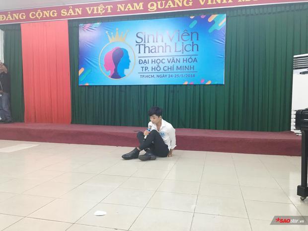 Cậu bạn này chọn diễn kịch cho phần thi tài năng của mình, và cậu đã nhập tâm đến mức ngồi bệt ra sàn.