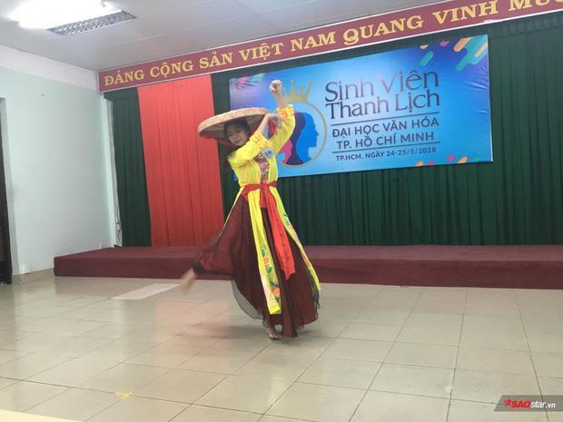 Các bài múa là phần thi được nhiều bạn thí sinh lựa chọn, như cô bạn này đang phiêu trong điệu nhảy dân gian…