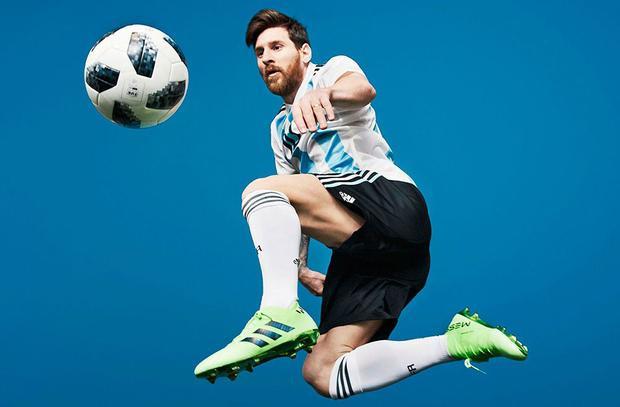 … thì Messi là trái ngược hoàn toàn, không có hứng thú với việc trở thành anh hùng hay nhân vật phản diện. Bóng đá là cách Messi thể hiện bản thân.