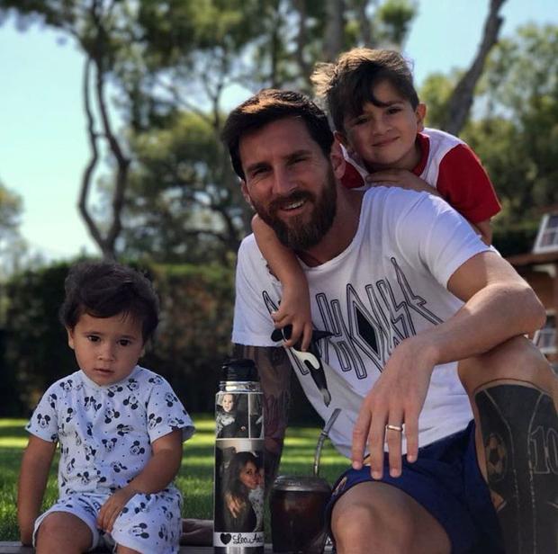 Messi có 89 triệu người theo dõi Facebook và 91 triệu người trên Instagram. Tất cả những gì anh đăng lên chỉ là những hình ảnh đi cùng đồng đội hoặc luyện tập trên sân, chơi với ba cậu con trai, đi lang thang với vợ hoặc âu yếm với chú chó Hulk.