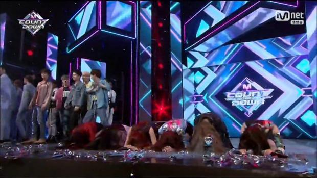Cả nhóm quỳ rạp xuống sân khấu để cảm ơn người hâm mộ.