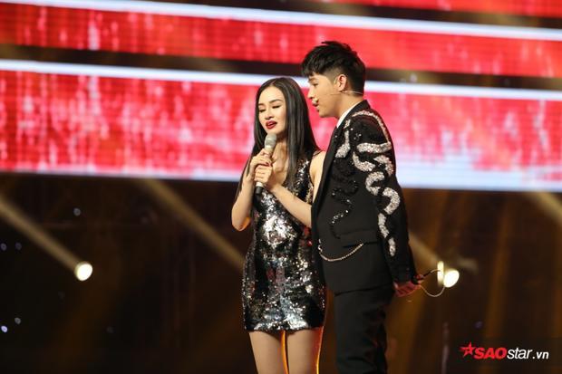 HLV Noo Phước Thịnh là người phát hiện khiếm khuyết trên gương mặt của Đào Bình Nhi. Anh dành sự thông cảm và nhiều lời động viên cho cô gái trẻ.