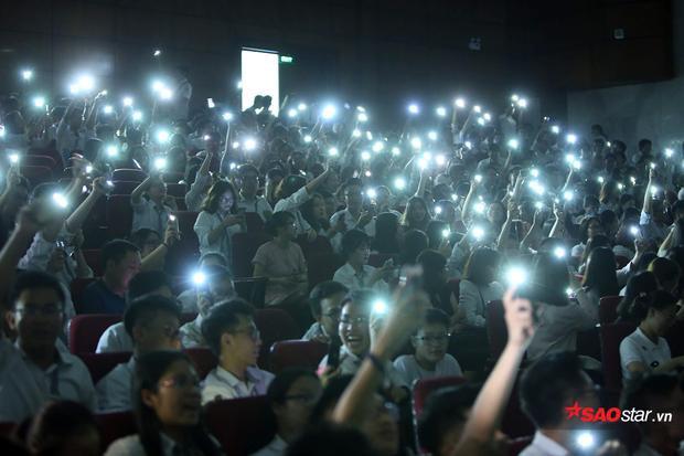 """600 học sinh khối 12 của trường cùng nhau tạo nên một """"bầu trời sao"""", hòa nhịp cùng những giai điệu của tuổi thanh xuân."""