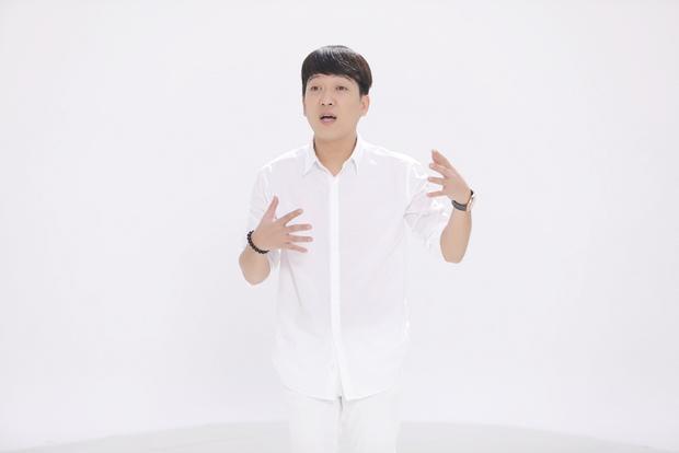 Giống với Hương Giang, Trường Giang cũng chỉ diện áo sơ-mi trắng và quần kaki cùng tông đơn giản, tuy vậy, anh chàng vẫn hoàn toàn nổi bật.