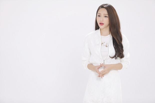 Mái tóc xoăn nhẹ nhàng đem lại cho Hương Giang vẻ ngoài nữ tính, thu hút.