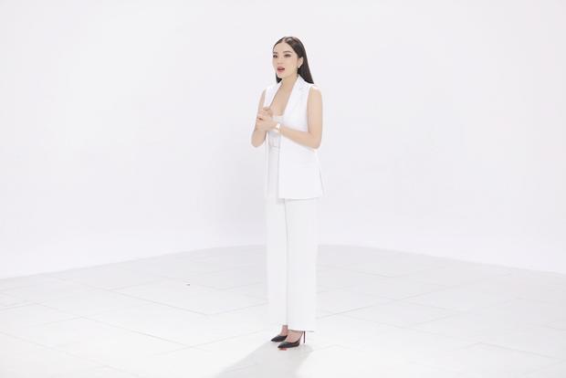 """Kỳ Duyên tham gia chương trình với hình ảnh sang trọng, thời thượng. Nàng hậu diện cả cây vest không tay trắng trong tập 1 """"Khi đàn ông mang bầu""""."""