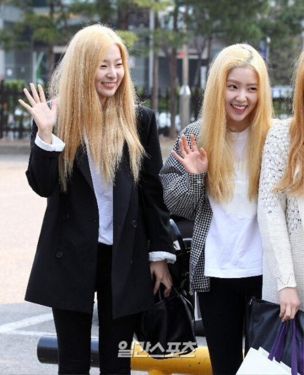 Seulgi cùng nhóm cũng chịu thảm cảnh tương tự. Mái tóc của 2 idol xinh đẹp xơ xác tới mức đáng thương.