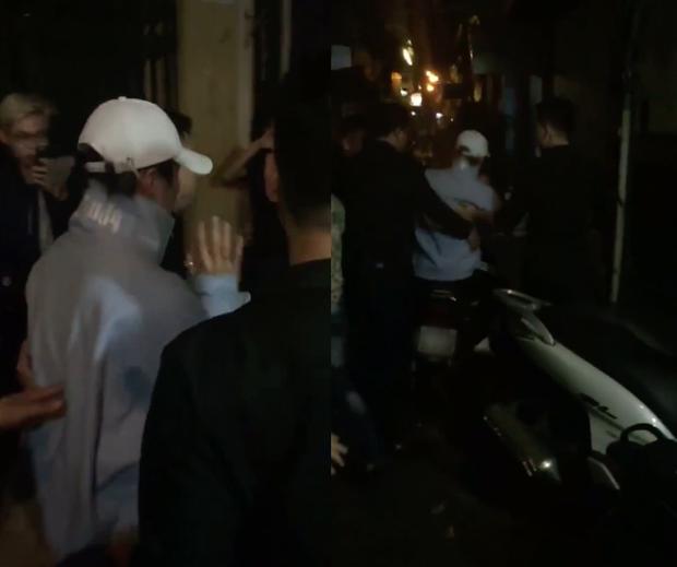 """Trong một lần biểu diễn ở Hà Nội, để thoát khỏi vòng vây người hâm mộ, Sơn Tùng cũng phải dùng đến chiếc """"dream chiến"""" dù từng chia sẻ không thích đi xe máy."""