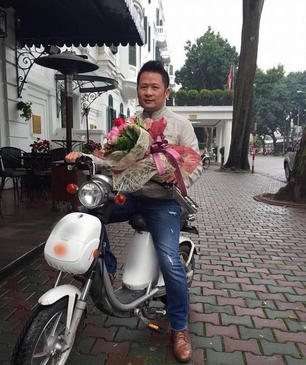 Bằng Kiều đi xe đạp điện để tặng quà cho bạn gái dịp 8/3.