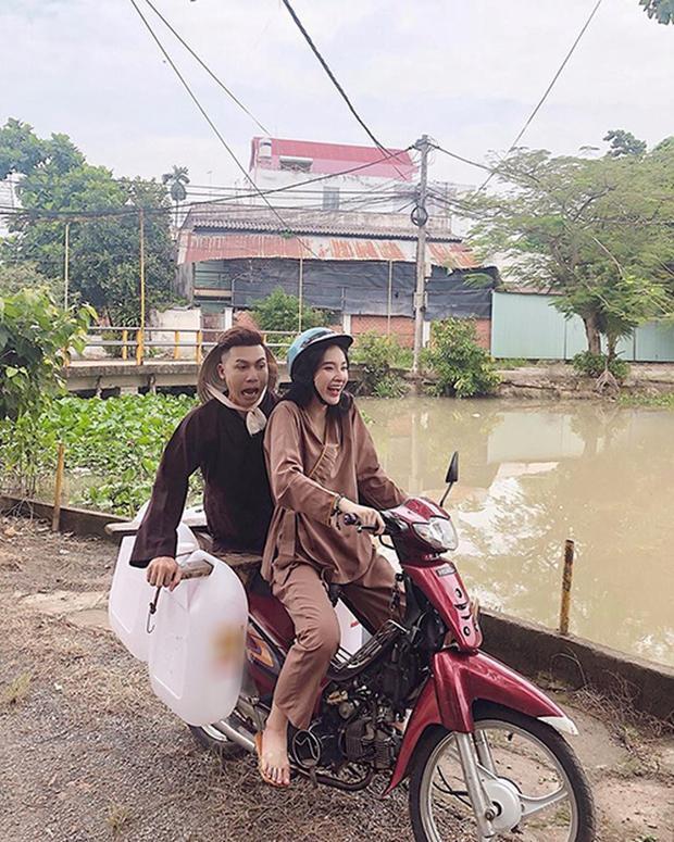 Angela Phương Trinh đi xe máy, chở bạn đi lấy nước trong chuyến từ thiện.