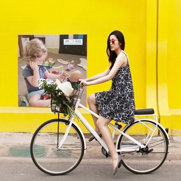 Người đẹp nhiều lần khoe ảnh đạp xe trên phố trên trang cá nhân.