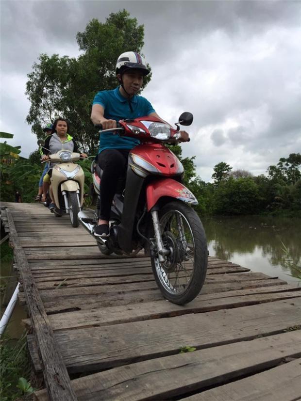 Lái xe máy đi cầu ván gập ghềnh nhưng ông xã Hari Won vẫn không hề tỏ ra khó chịu.