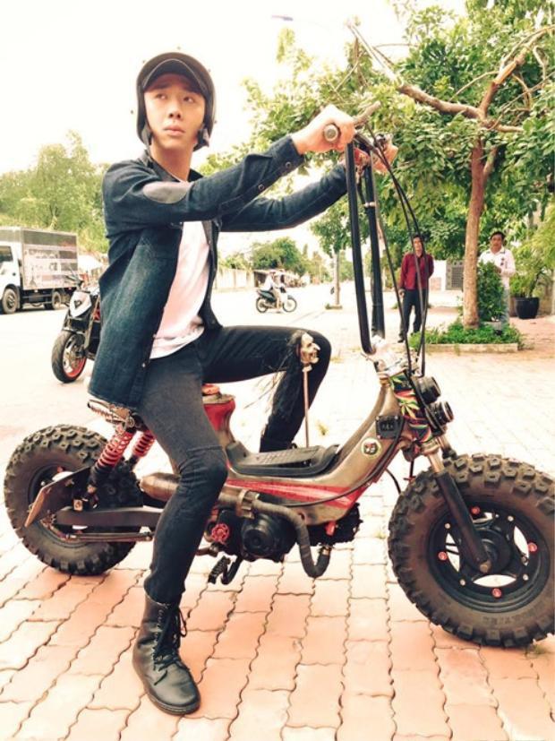 Là một trong những nam MC đắt show, giàu có nhất nhì V-biz nhưng Trấn Thành đôi lúc cũng thích sử dụng các phương tiện bình dân.