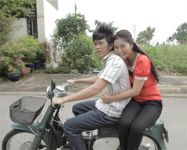 """""""Ông hoàng showbiz Việt"""" Hoài Linh nổi tiếng là người có phong cách bình dị. Hình ảnh danh hài trên chiếc xe cà tàng còn được yêu thích hơn cả lúc Hoài Linh xuất hiện với xế hộp bạc tỷ."""