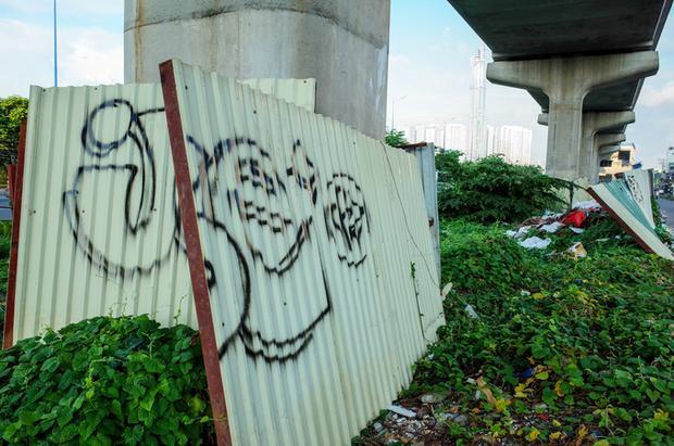 Để tránh tình trạng người lạ vẽ bậy, tại một số trụ metro trước khu Thảo Điền (quận 2), các công nhân xây dựng đã dùng tôn, lưới sắt B40 quây chặt.