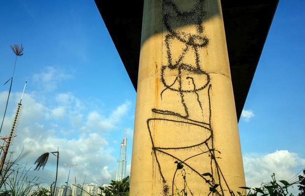 Theo người dân sống ven tuyến metro Bến Thành - Suối Tiên, nhiều hình vẽ nguệch ngoạc bằng sơn xấu xí trên các trụ của tuyến metro Bến Thành - Suối Tiên xuất hiện nhiều vài tháng gần đây.