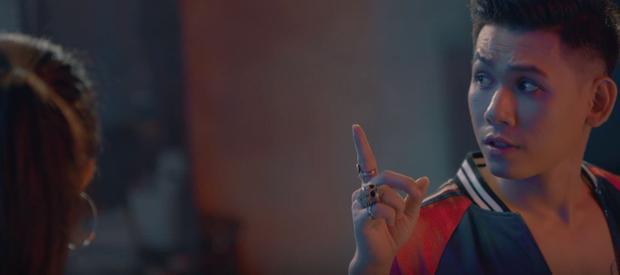 Trong MV, Đại Nhân cũng là một nhân vật đang đi tìm kiếm sự quên lãng trong những cuộc vui, và rồi gặp được một người lạ khiến mình có những cảm xúc khác.