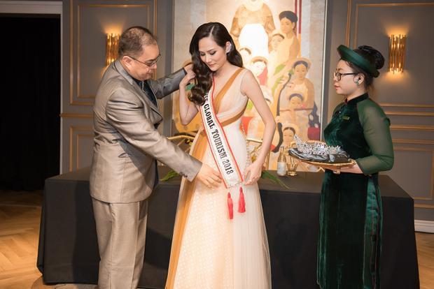 Hơn một tuần sau sự cố đêm chung kết, Hoa hậu Du lịch toàn cầu 2018 được chủ tịch cuộc thi trao vương miện