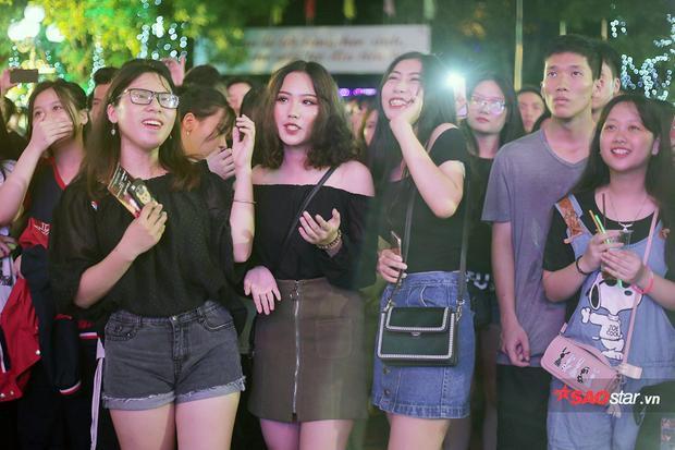 Nguyễn Trần Trung Quân bất ngờ cầu hôn nữ sinh bằng nhẫn gốm ngay trên sân khấu dạ hội
