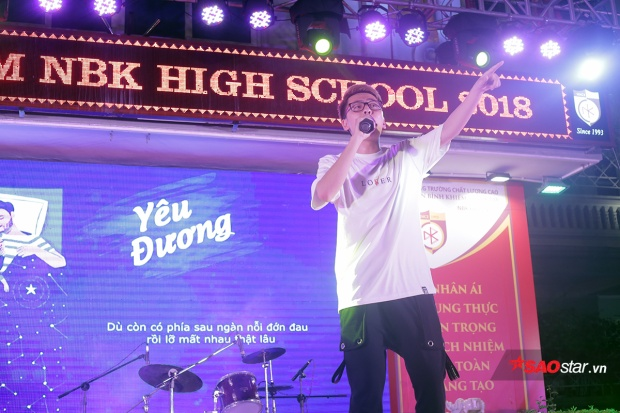 Rapper trẻ Osad trình diễn những ca khúc quen thuộc và gửi lời chúc đến những sĩ tử lớp 12