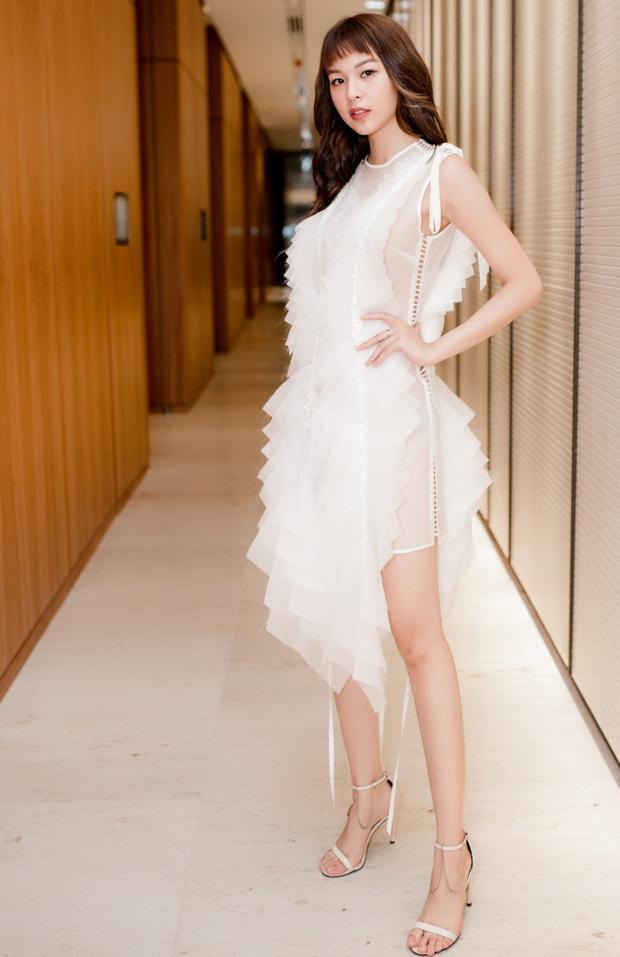 Xuất hiện trong chiếc đầm trắng ấn tượng của Nguyễn Hoàng Tú có điểm nhấn là phần vải nude giúp tôn đường cong, Phí Phương Anh gây chú ý với nhiều khách mời có mặt tại sự kiện.