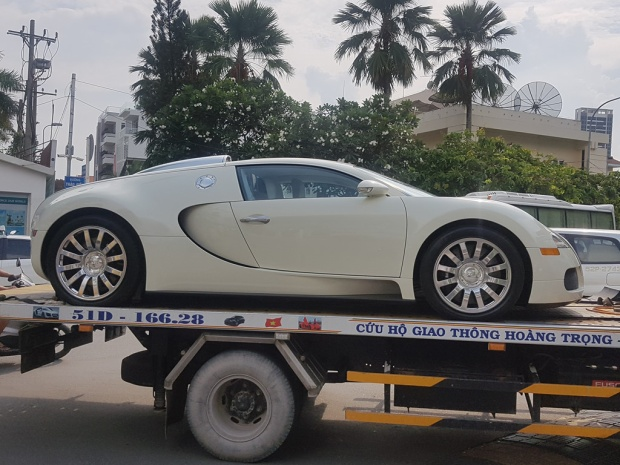 """Chiếc Bugatti Veyron có một không hai tại Việt Nam """"thay áo"""" màu trắng trước khi về tay chủ nhân mới."""