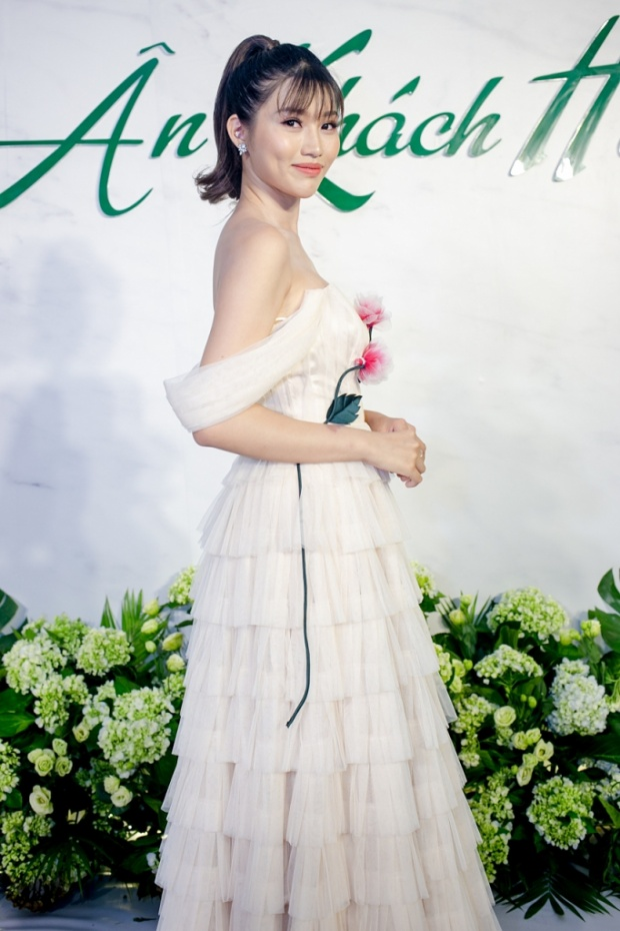 Chế Nguyễn Quỳnh Châu xinh đẹp trong bộ váy trắng nền nã khoe vai trần gợi cảm.