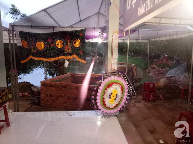 Đám tang được tổ chức tại nhà của vợ chồng thầy cô giáo.