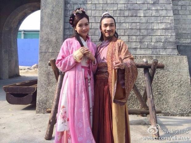 Kinh ngạc trước nhan sắc của tiểu hoa đang nổi và nữ minh tinh cổ trang kinh điển của TVB khi trang điểm