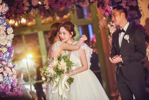 Nhận được lời chúc từ người thân, bạn bè, cô dâu bật khóc nức nở.