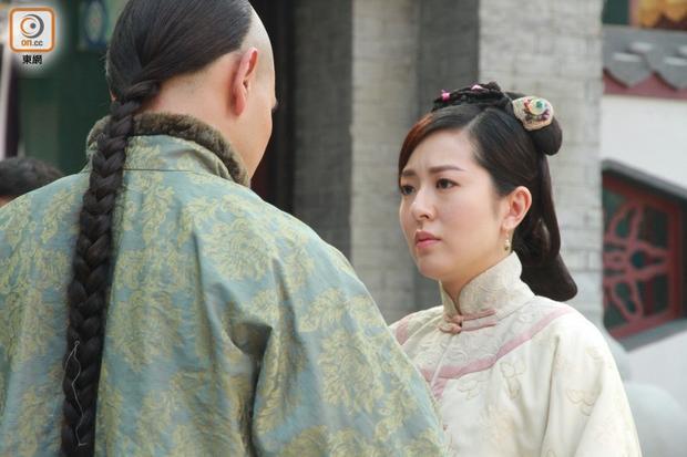 Đường Thi Vịnh thủ vai vợ thứ nhất của Hòa Thân, mẹ của Phong Thân Ân Đức (Hà Quảng Bái)