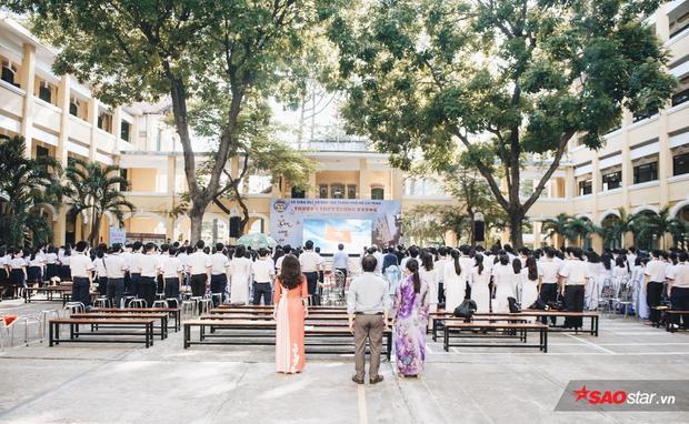 """Buổi lễ """"tri ân và trưởng thành"""" đặc biệt của trường THPT Trưng Vương, với sự góp mặt của 200 học sinh lớp 12, thầy cô và phụ huynh."""