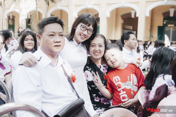 Cả gia đình cùng đến để tham gia buổi lễ trưởng thành của con gái.