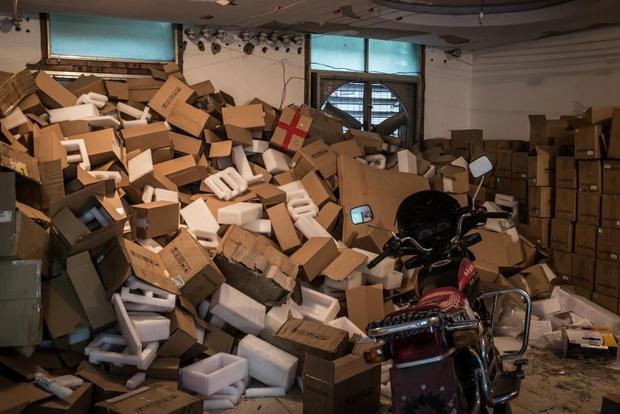 Hộp những chiếc máy đào bỏ đi được chất đống trong một căn phòng bên trong.