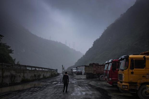 Con đường dẫn vào mỏ đào bitcoin nằm sâu trong một khu vực thuộc tỉnh Tứ Xuyên, Trung Quốc. Nó nằm cách nơi gần nhất có giao thông công cộng tới 30 km.