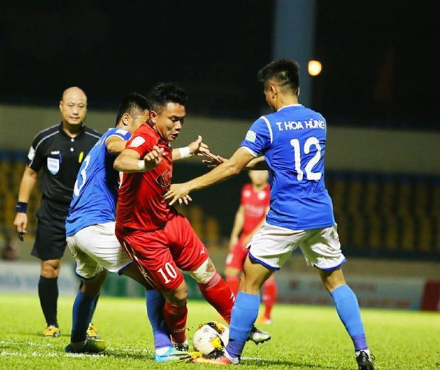 Phi Sơn bị truất quyền thi đấu do phản ứng trọng tài không công nhận bàn thắng ở phút 82. Ảnh: CLB TP.HCM