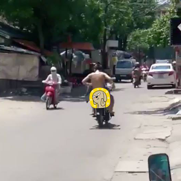 Thanh niên chạy mất hút trên chiếc xe máy…Ảnh cắt từ clip.