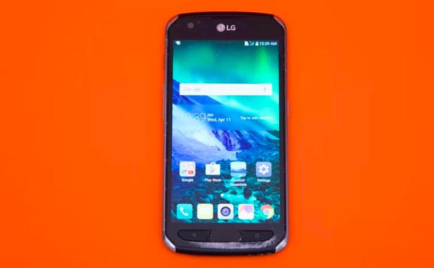 Với khung kim loại và bốn góc được gia cố, LG X Venture có thiết kế chống shock khá hiệu quả. Dù vậy, khi thả rơi từ độ cao 1,8 mét ở cạnh máy, góc dưới mặt trước, bên dưới các phím bấm vật lý đã bị nứt nặng. Thả rơi máy vào toilet cũng khiến mic thoại không còn dùng được. (Điểm: 6,6/10)