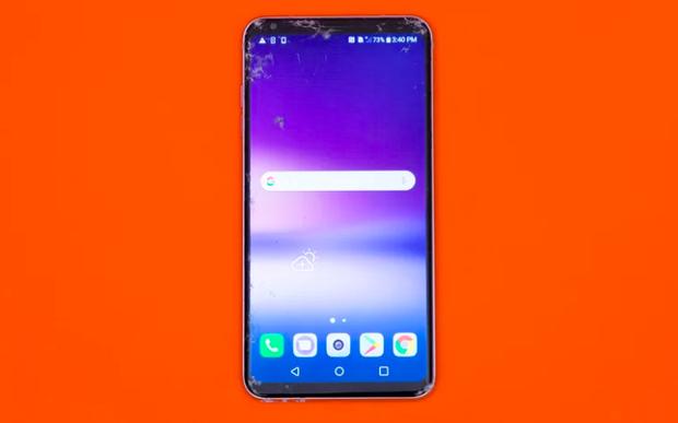 """LG V30 bị nứt màn hình khá mạnh sau khi thả rơi úp mặt và thả rơi từ cạnh lên bề mặt bê tông ở độ cao 1,8 mét. Thậm chí phần camera trước cũng hư hại nhưng điện thoại thì dùng được bình thường. V30 chống nước nên có thể """"tồn tại"""" được cú thả rơi vào toilet nhưng sau đó ghi nhận việc mất âm thanh. (Điểm: 6/10)"""