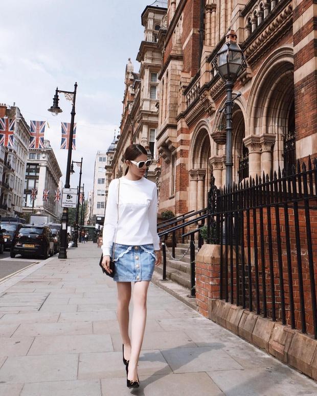Cùng lựa chọn sắc trắng khi xuống phố còn có Jolie Nguyễn, người đẹp mix áo tay dài, kính mát trắng với chân váy jeans, nhằm tôn lên đôi chân thon dài.