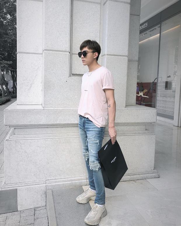 """Street style của các quý ông cũng chẳng hề thua kém các cô nàng. Soobin Hoàng Sơn tuy đơn giản nhưng vô cùng chất với áo phông trắng và quần jeans rách, đi cùng đôi giày """"ông già"""" đang thịnh trong năm nay."""