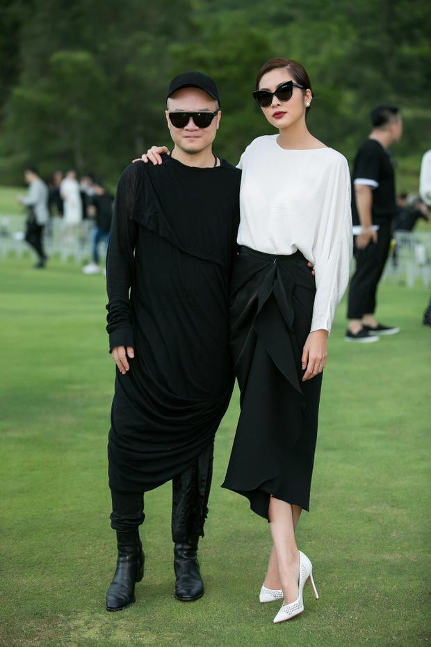 Tăng Thanh Hà bên chủ nhân show diễn thời trang - NTK Đỗ Mạnh Cường.
