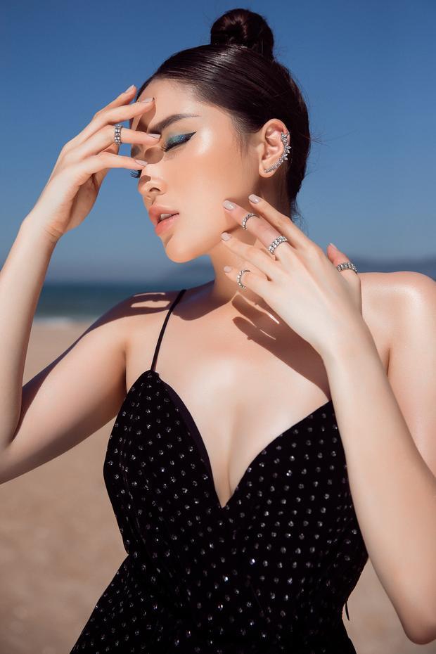 Kỳ Duyên tự tin khoe vóc dáng gợi cảm cùng vòng một hấp dẫn. Được biết, trang phục cô diện là một trong những thiết kế mới nhất của Đỗ Mạnh Cường.