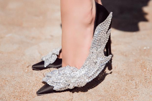 Cận cảnh đôi giày với hình ảnh đôi cánh độc đáo của Balenciaga.